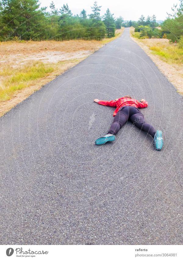 Frau, die nach einem Unfall auf einer Straße liegt. Körper Mensch Erwachsene Stadt Verkehr liegen Kollision Ausdruck Verkehrssicherheit Krankenwagen erschrecken
