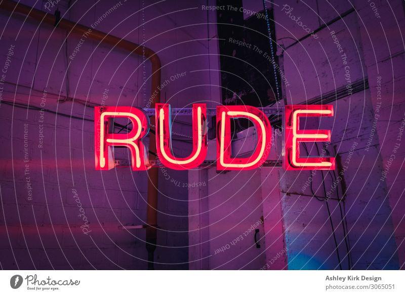 Unhöflich Leuchtreklame Neonlicht Licht Zeichen Schriftzeichen Stadt violett rot Hochmut ignorant unverschämt Hinweisschild Lagerhalle industriell dunkel