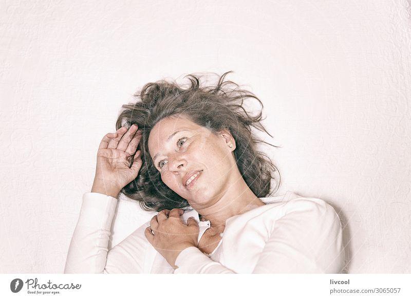Frau Mensch weiß Hand Erholung ruhig Freude Gesicht Auge Lifestyle Erwachsene Leben feminin Gefühle lachen Glück