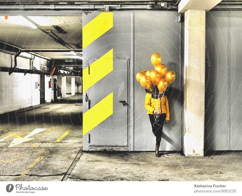 gelbe Ballons Mensch weiß schwarz Graffiti grau leuchten gold Schilder & Markierungen stehen Hinweisschild Zeichen Luftballon Streifen Asphalt Pfeil