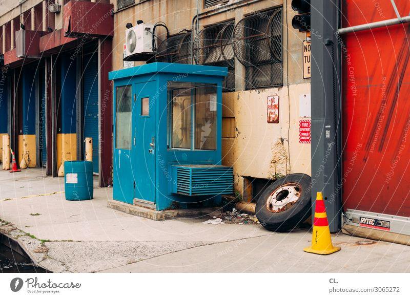 in harlem Wirtschaft Industrie USA Stadt Stadtrand Menschenleer Industrieanlage Fabrik Straße Wege & Pfade Verkehrsleitkegel Reifen alt authentisch dreckig