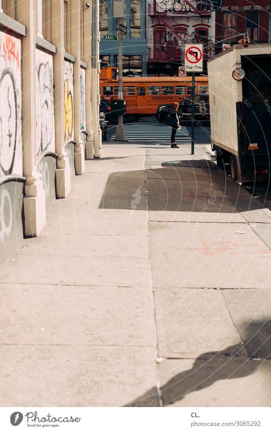 canal street Frau Mensch Ferien & Urlaub & Reisen Jugendliche Junge Frau Stadt Haus Straße Erwachsene Graffiti Wege & Pfade PKW Verkehr Schilder & Markierungen