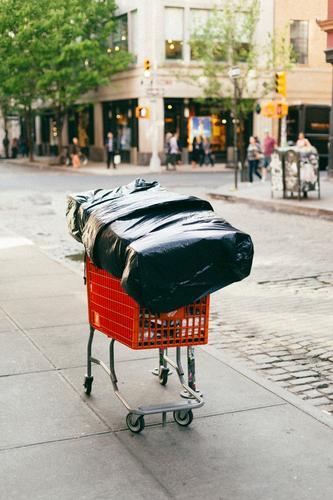 obdachlos New York City Manhattan USA Stadt Stadtzentrum Fußgängerzone Verkehrswege Straße Wege & Pfade Verpackung Einkaufswagen Einsamkeit Zukunftsangst