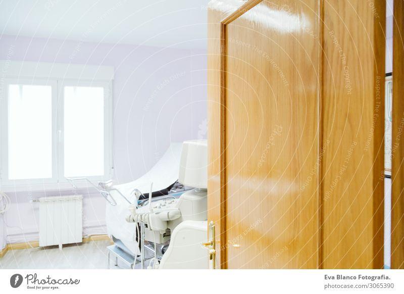Stuhl im gynäkologischen Raum. Tagsüber, medizinisches Konzept im Innenbereich Gesundheit Behandlung Krankenpflege Krankheit Medikament Möbel Prüfung & Examen