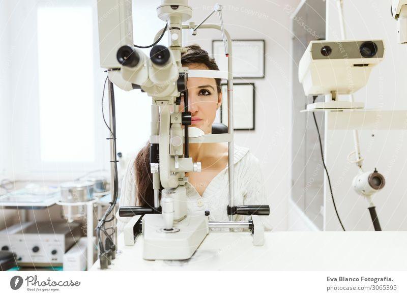 junge Frau beim Augenarzt sitzend Gesicht Behandlung Krankheit Medikament Prüfung & Examen Arbeit & Erwerbstätigkeit Beruf Arzt Büro feminin Junge Frau
