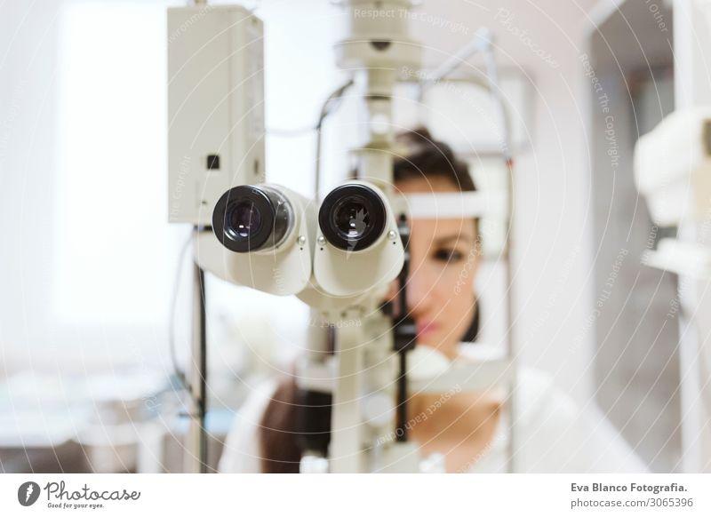 junge Frau in der Augenarztpraxis Gesundheit Gesundheitswesen Behandlung Krankheit Medikament Prüfung & Examen Arbeit & Erwerbstätigkeit Beruf Arzt Büro feminin