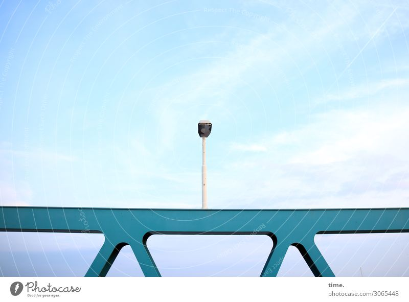 Aufpasser Himmel Wolken Schönes Wetter Verkehr Verkehrswege Brücke Straßenbeleuchtung Metall dunkel blau türkis Neugier Überraschung entdecken Idee