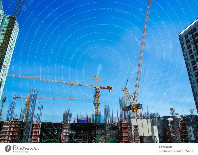 Das Gebäude im Bau auf der Baustelle Arbeit & Erwerbstätigkeit Industrie Business Baumaschine Himmel Thailand Stadt Beton Stahl blau Konstruktion Kranich Höhe
