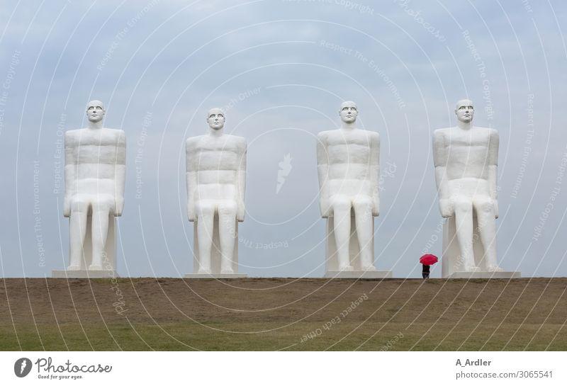 Vier übergroße Menschenfiguren mit rotem Regenschirm Kunst Kunstwerk Skulptur Kultur Bauwerk Sehenswürdigkeit Wahrzeichen Denkmal Mensch am Meer Stein Beton