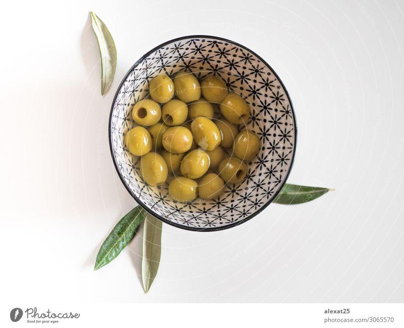 Entsteinte Oliven in einer Schüssel auf weißem Hintergrund Gemüse Frucht Vegetarische Ernährung Schalen & Schüsseln schön Menschengruppe Natur Pflanze Blatt