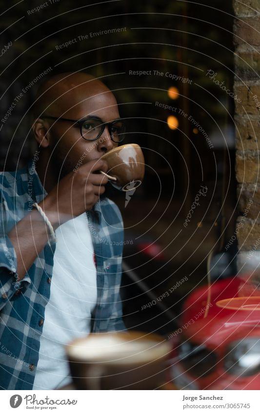 Ein Typ, der im Café Kaffee trinkt. Frühstück Kaffeetrinken Getränk Heißgetränk Kakao Latte Macchiato Espresso Tee Becher Mensch maskulin Jugendliche Leben