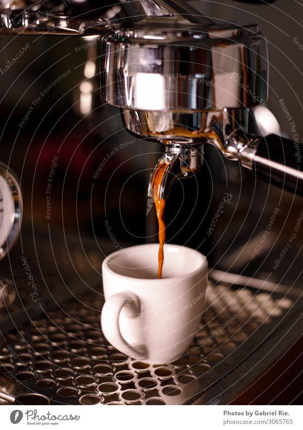 Espresso aus der Siebträgermaschine Dessert Kaffee Kaffeetasse Kaffeetrinken Kaffeepause Kaffeebohnen Kaffeemaschine Espressomaschine Italienische Küche Getränk