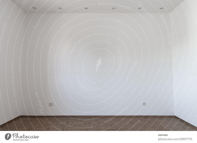 Zimmer frei mit weissen Wänden, Lampen an der Decke und Parkett Steckdose Lampenfassung Mauer Wand Bodenbelag Raum Wohnung groß braun weiß geräumig leer