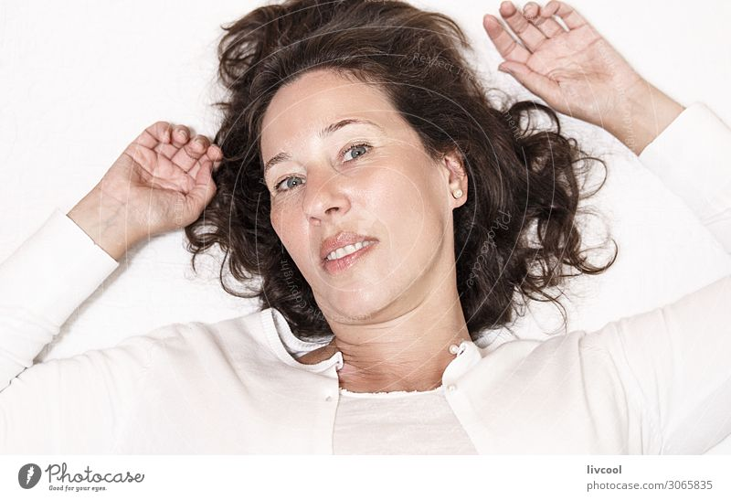 reife Frau im entspannenden Moment X Lifestyle Glück Leben Erholung Schlafzimmer Ruhestand Mensch feminin Erwachsene Weiblicher Senior Kopf Haare & Frisuren