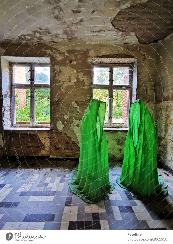 Seltsame Gestalten Menschenleer Haus Bauwerk Gebäude Architektur Mauer Wand Fenster hell grün lost places Fensterkreuz Geister u. Gespenster geisterhaft