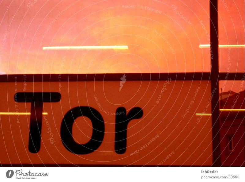 tor rot Fenster orange Verkehr Eisenbahn Schriftzeichen Spiegel Tor Station Teilung Rahmen