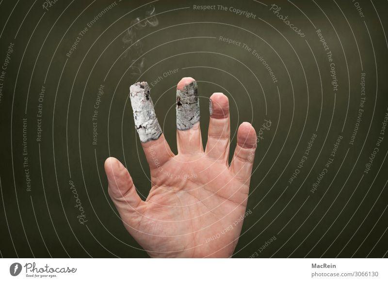 Starker Raucher Gesundheitswesen Rauchen Mensch maskulin Mann Erwachsene 1 45-60 Jahre Ekel gruselig hässlich dumm Endzeitstimmung bedrohlich Hand