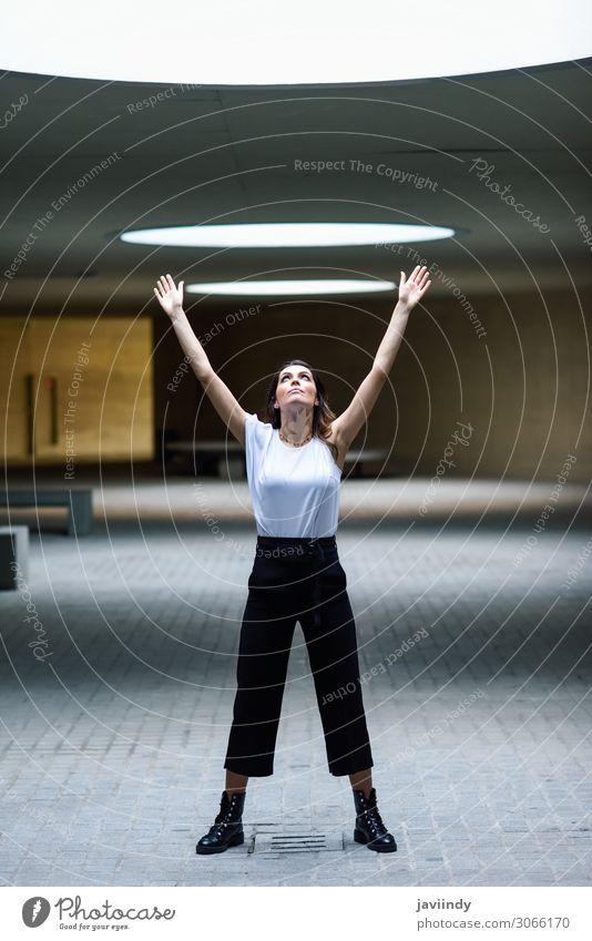 Schöne Frau, Model der Mode, posierend im modernen Gebäude. elegant Stil Design schön Haare & Frisuren Freizeit & Hobby Sommer Mensch feminin Junge Frau
