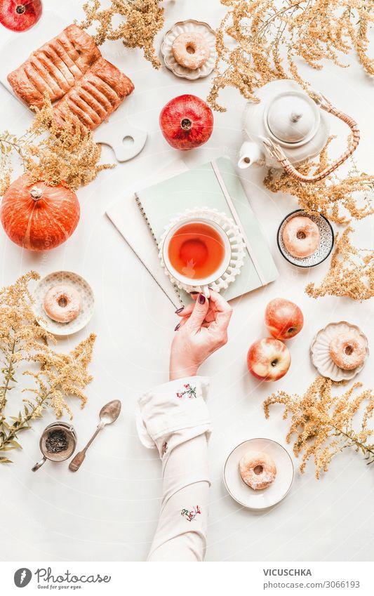 Gemütliche Herbst Frühstück, flat lay Lebensmittel Ernährung Getränk Tee Geschirr Lifestyle Stil Freude Häusliches Leben Tisch Mensch Frau Erwachsene Hand