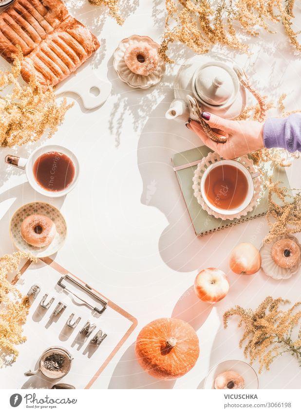 Gemütlicher Herbst zu Hause Frau Mensch Hand Hintergrundbild Lifestyle Erwachsene Stil Stimmung Häusliches Leben Design Tisch Kuchen Blumenstrauß Frühstück