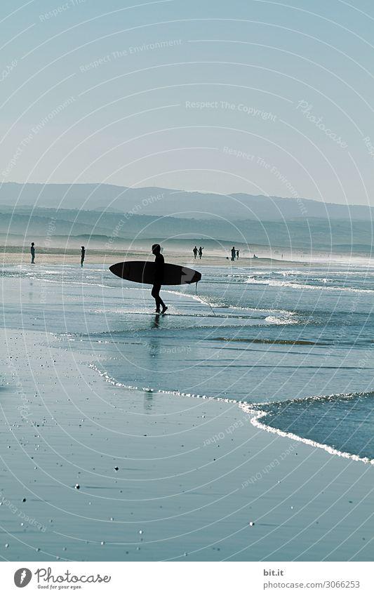 Surfer am Strand von Sidi Kaouki, Marokko. sportlich ruhig Schwimmen & Baden Freizeit & Hobby Ferien & Urlaub & Reisen Tourismus Abenteuer Ferne Freiheit Sommer