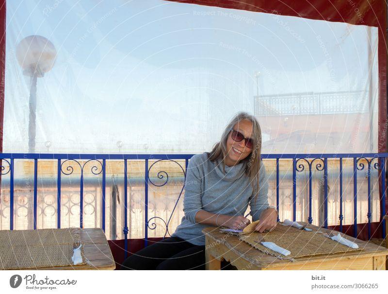 Nebulös l Nachricht aus Marrakesch Frau Mensch Ferien & Urlaub & Reisen Freude Ferne Erwachsene feminin Glück Tourismus Arbeit & Erwerbstätigkeit Ausflug