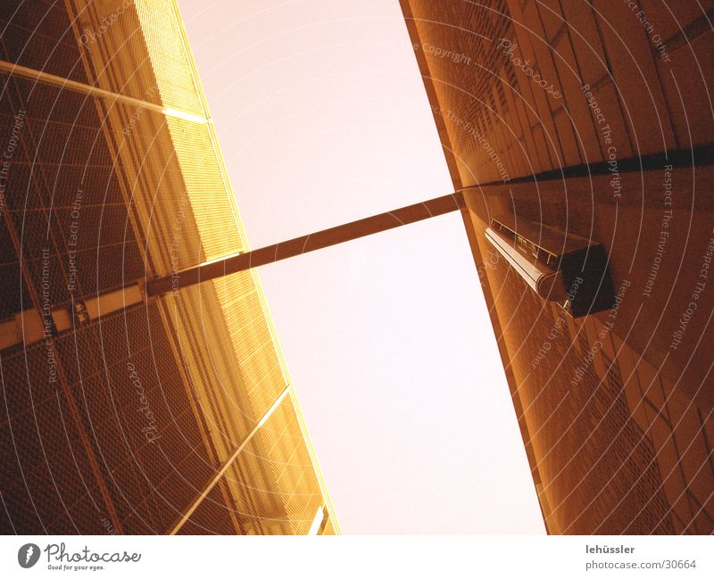 blick nach oben Beton Parkhaus Dach Konstruktion Architektur Metall Himmel