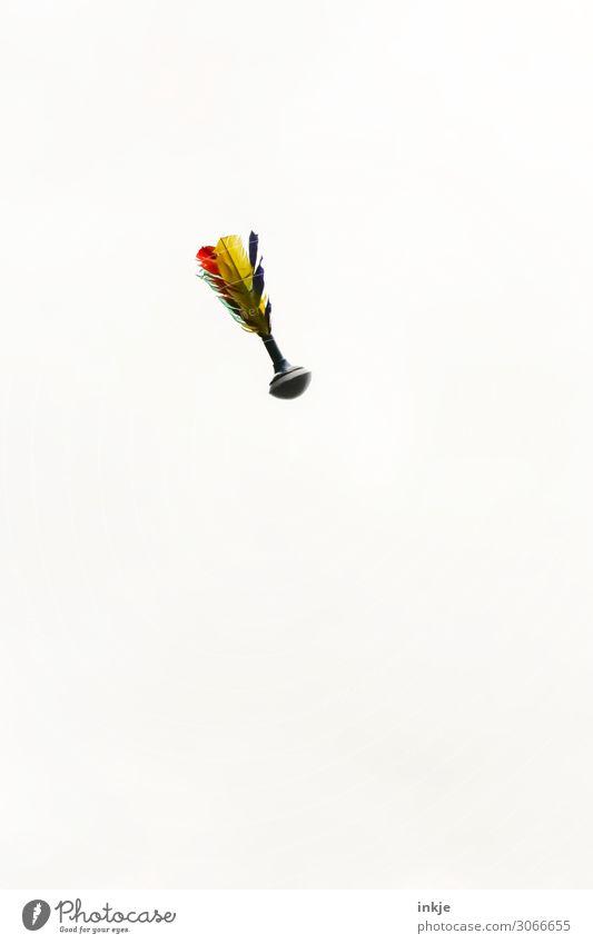 Indiaca Freizeit & Hobby Spielen Kinderspiel Sport Ballsport Spielzeug fliegen hoch blau mehrfarbig gelb grün rot weiß Vor hellem Hintergrund Flugbahn