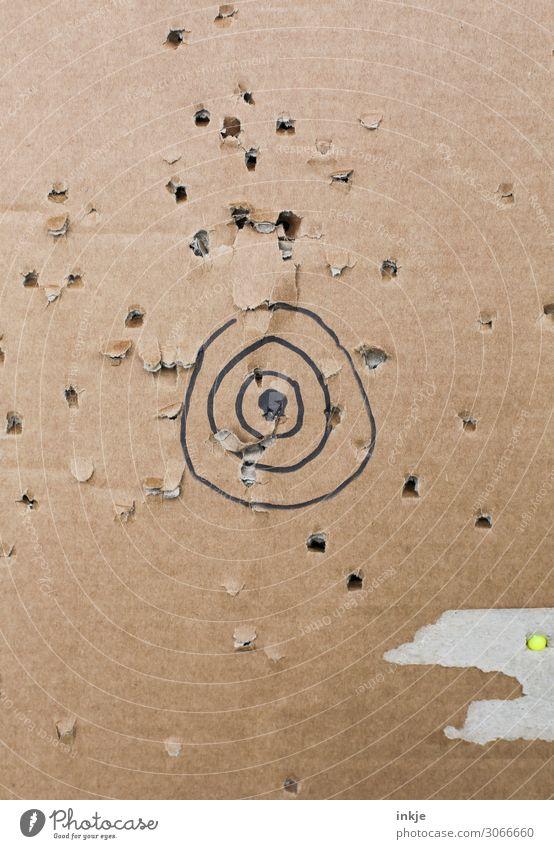 Zielschießen/ relativ erfolglos Freizeit & Hobby Zielscheibe Sportschießen Karton Munition Kugel Kreis Loch kaputt braun üben selbstgemacht Seite Treffer