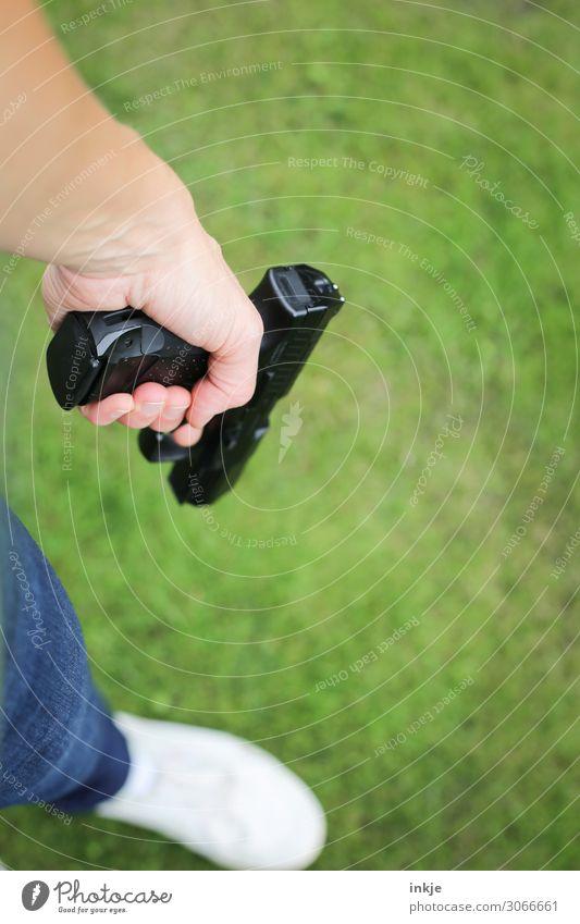 Luftpistole Lifestyle Pistole luftpistole Waffe sportschießen Junger Mann Jugendliche Erwachsene Leben Hand Fuß 1 Mensch 18-30 Jahre 30-45 Jahre Wiese