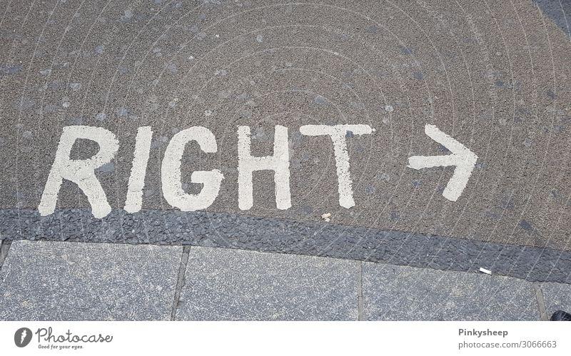 Right? Right! Rechts! Pfeil grau weiß Ziel Straße London rechts links zeigen Richtung Blick Buchstaben Englisch richtig wo Wege & Pfade Kaugummi Farbfoto