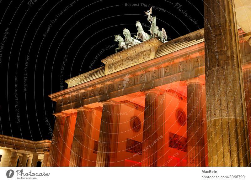 Illumination Brandenburger Tor Bauwerk Architektur Kunst Berlin-Mitte Quadriga Beleuchtung Dämmerung rot Farbfoto Außenaufnahme Menschenleer Abend