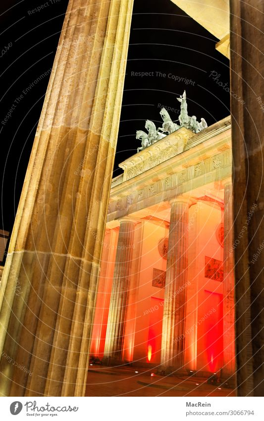 Illumination Brandenburger Tor Kunst Skulptur Architektur Hauptstadt Menschenleer Wärme orange ästhetisch Kultur Tourismus Berlin-Mitte Beleuchtung Quadriga rot