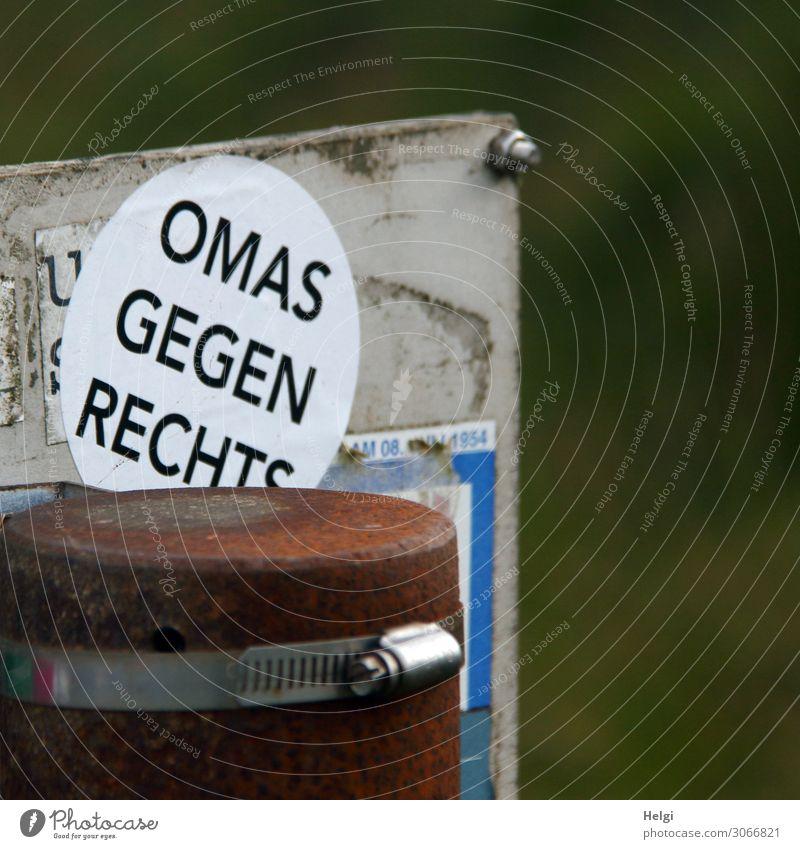 """Aufkleber """"Omas gegen Rechts"""" an einer Metallplatte Pfosten Schriftzeichen Schilder & Markierungen kämpfen außergewöhnlich eckig einzigartig feminin braun grau"""