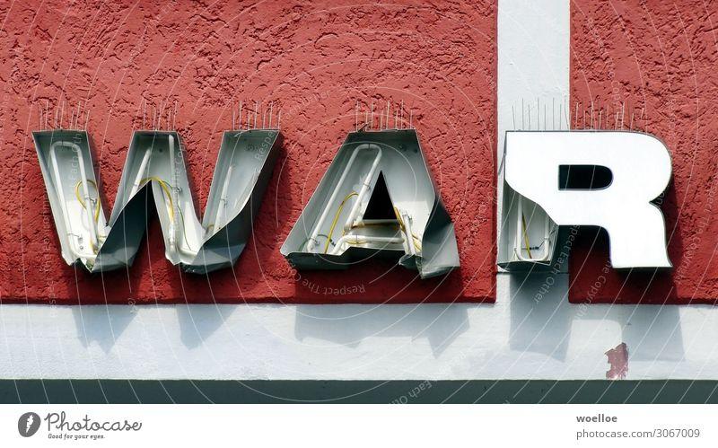 Krieg oder Vergangenheit? alt Wand Mauer Fassade grau Metall Schriftzeichen Glas Schilder & Markierungen Vergänglichkeit kaputt Beton Buchstaben Verfall Wort