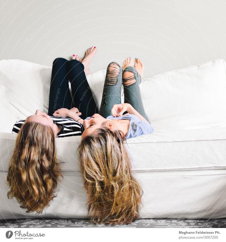 Besties Lifestyle Sofa langhaarig hängen Lächeln lachen liegen sprechen dünn Freundlichkeit Zusammensein Glück schön modern positiv feminin Freude Fröhlichkeit