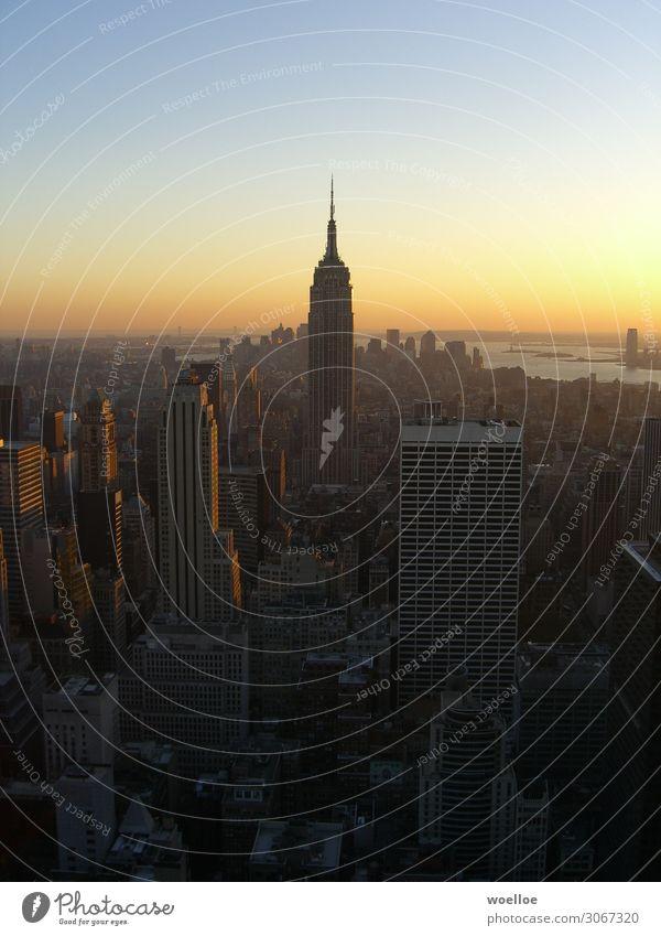 Skyline von Manhattan / New York blau schwarz Architektur gelb Gebäude Freiheit grau modern Hochhaus Schönes Wetter USA groß hoch Bauwerk Unendlichkeit