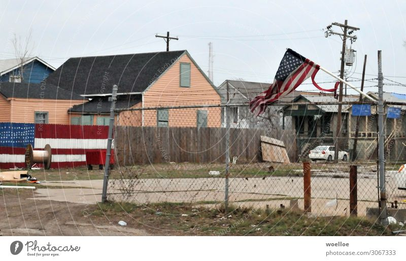 Make America Great Again Texas USA Amerika Haus Industrieanlage Hinterhof Zaun trist Stadt blau grau rot Stacheldrahtzaun Holzzaun Fahne Stars and Stripes