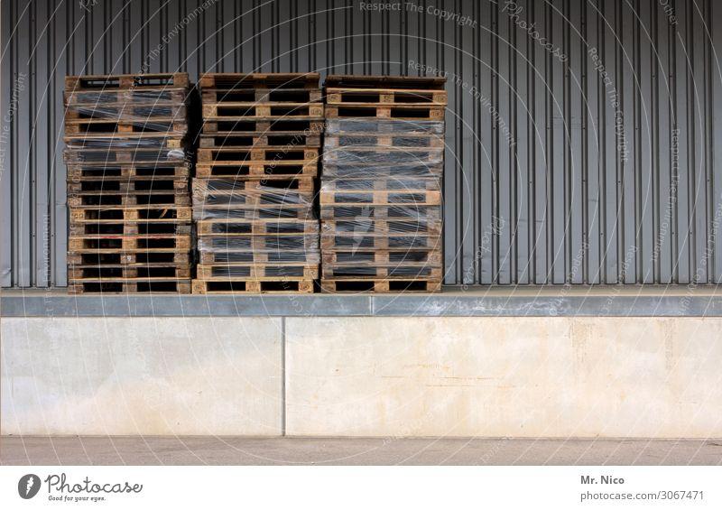 Paletten Arbeit & Erwerbstätigkeit Arbeitsplatz Industrie Handel Güterverkehr & Logistik Industrieanlage dreckig Stapel Rampe verkaufen Lagerhalle Neigung Wand
