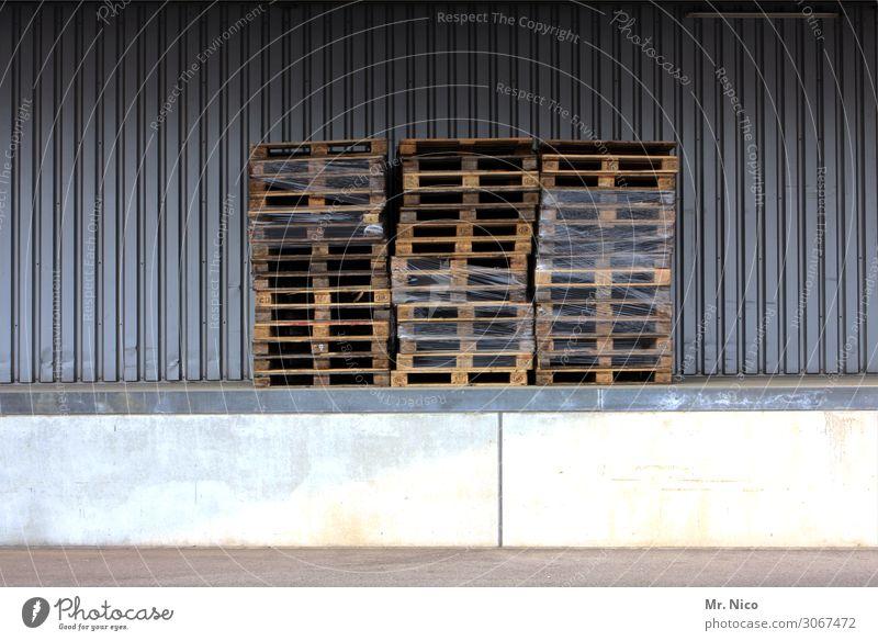 Paletten Arbeit & Erwerbstätigkeit Arbeitsplatz Industrie Handel Güterverkehr & Logistik dreckig Folie Rampe Lagerhalle Spedition Versand Holz Einwegpaletten