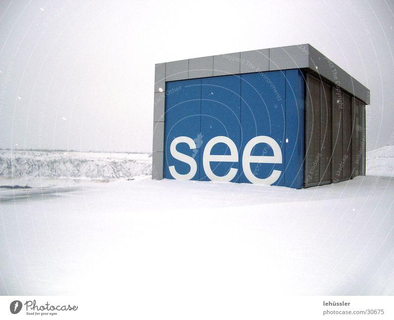 """schnee und """"see"""" Terrasse weiß Beton Holz Projekt Ausstellung Messe iba blau Schnee Bergbau"""