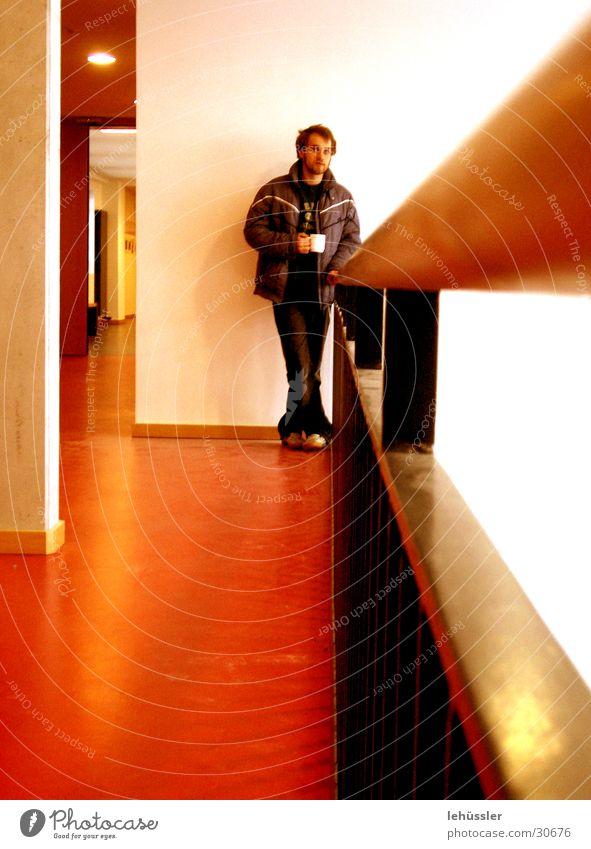 tiefer kaffeerausch Mann weiß rot Holz braun Metall Kaffee tief Geländer Säule Hongkong