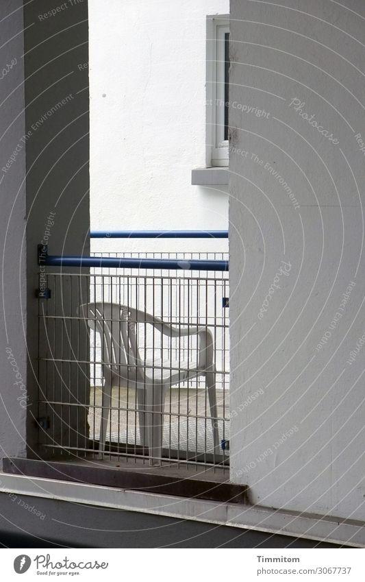 Sitzplatz Häusliches Leben Haus Hochhaus Mauer Wand Fenster Metall Kunststoff Linie beobachten sitzen warten blau grau weiß Gefühle Irritation Gartenstuhl Stuhl