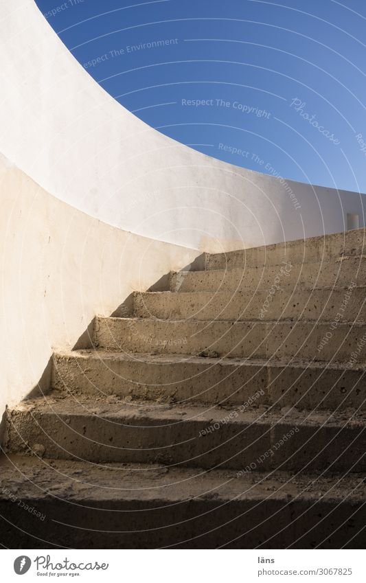 Rohbau Betontreppe Himmel Wolkenloser Himmel Schönes Wetter Insel Naxos Griechenland Haus Mauer Wand Treppe eckig einfach rund blau grau weiß Beginn Perspektive