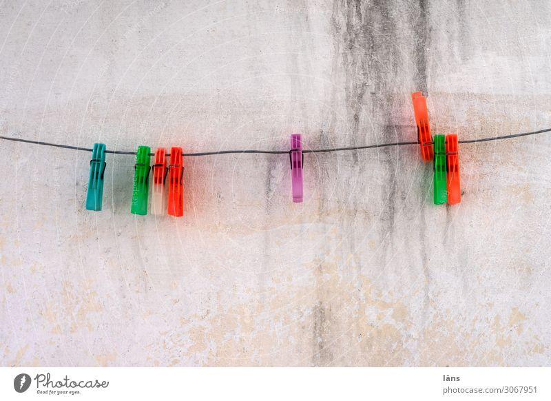Wäscheklammern Häusliches Leben Seil Insel Paros Mauer Wand authentisch einfach Billig nachhaltig Griechenland Farbfoto mehrfarbig Außenaufnahme Menschenleer