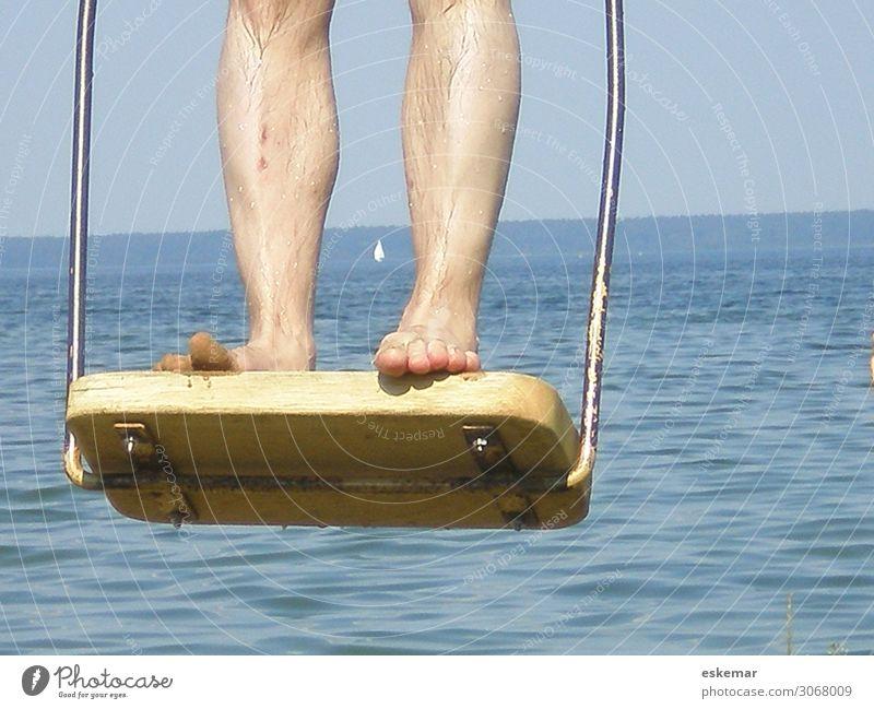 schaukeln Freude Erholung Freizeit & Hobby Spielen Ferien & Urlaub & Reisen Ausflug Sommer Sommerurlaub Mensch maskulin Mann Erwachsene Beine Fuß 1 Wasser See