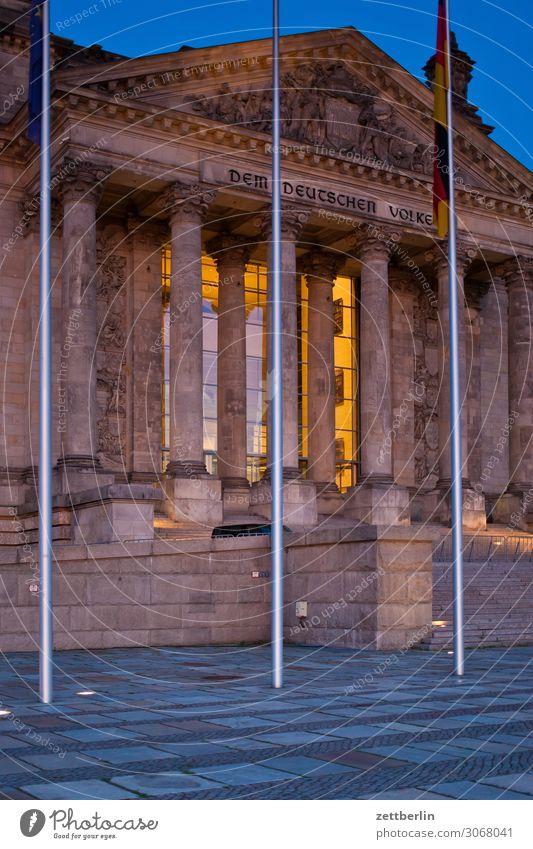 DEM DEUTSCHEN VOLKE Abend Architektur Berlin Deutscher Bundestag Deutschland dunkel Dämmerung Hauptstadt Nacht Parlament Regierung Regierungssitz