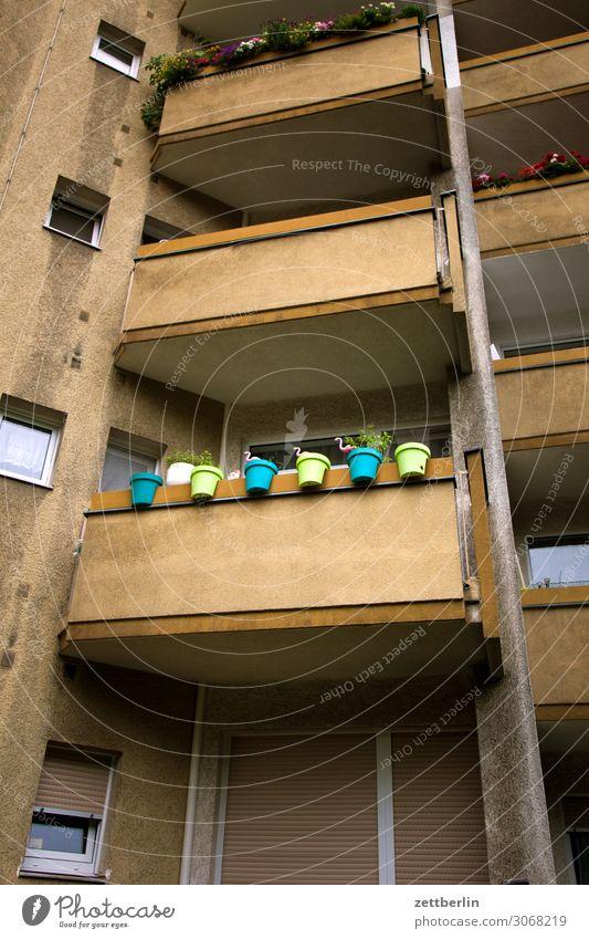 Wir machen unseren Balkon gemütlich Neubau Block Neubausiedlung Berlin reinickendorf Stadtrand Vorstadt Fassade Fenster Haus Häusliches Leben Wohngebiet Wohnung