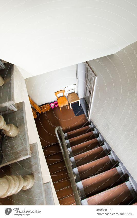 Zwei Stühle schon wieder Treppe Treppenhaus Treppenabsatz Abstieg abwärts aufsteigen aufwärts Geländer Treppengeländer Haus Häusliches Leben Wohnhaus