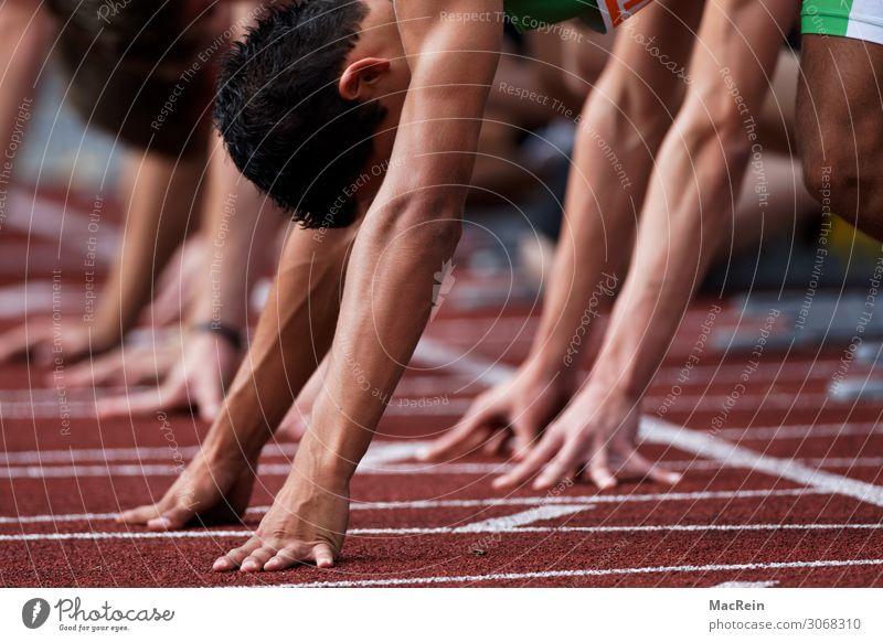 Startlinie beim Wettlauf Sport Leichtathletik Sportler Sportmannschaft Sportveranstaltung Sportstätten Stadion Mensch maskulin Junger Mann Jugendliche